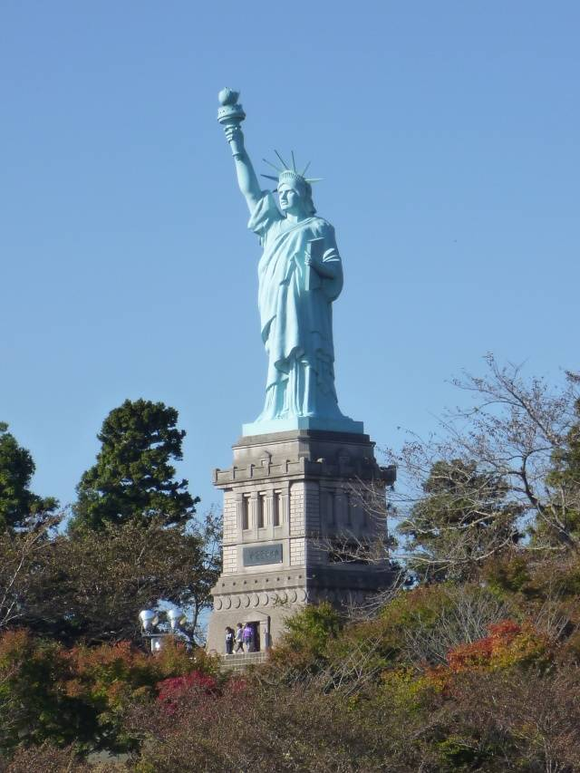 青森いちょう公園自由の女神2